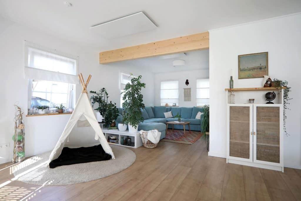 Natürlichkeit: Sichtbare Naturholzbalkenzieren den offenen Wohn-, Essbereich.