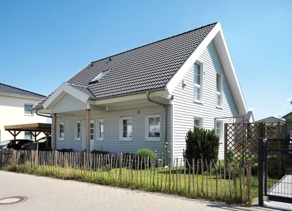 Skandinavisches Flair unweit von Berlin: Jedes Detail ist stimmig, die Sprossenfenster genauso wie die Faschen, also die Holzleisten an den Hausecken.
