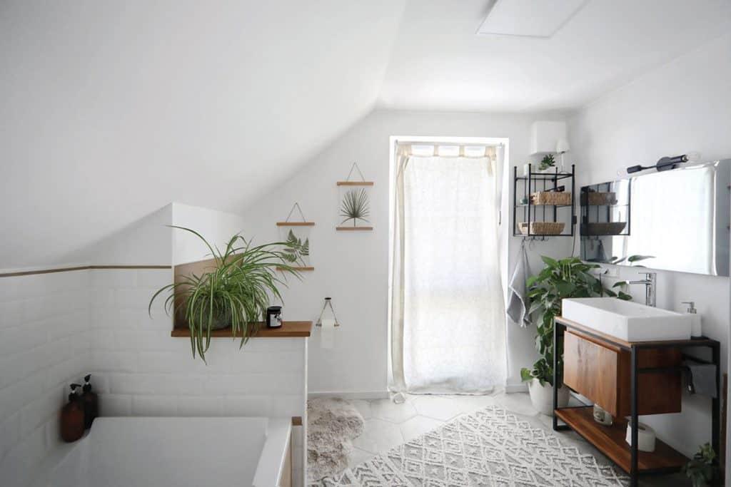 Die Toilette verschwindet hinter einer kleinen halbhohen Wand.