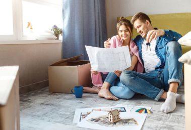 Junges Paar träumt vom eignem Haus im Jahr 2021