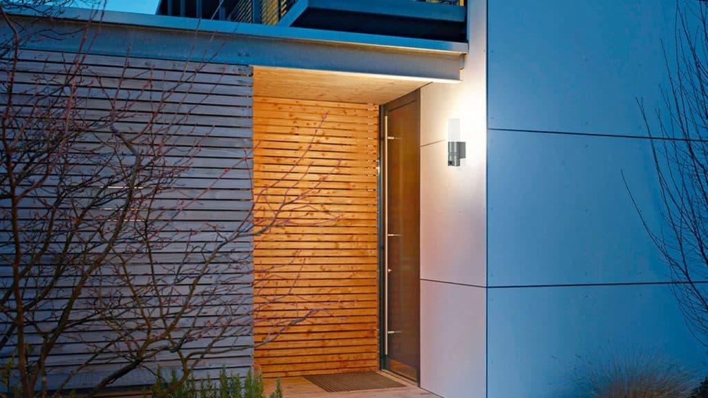 Smarte Außenleuchten bieten neben Licht auch Sicherheit