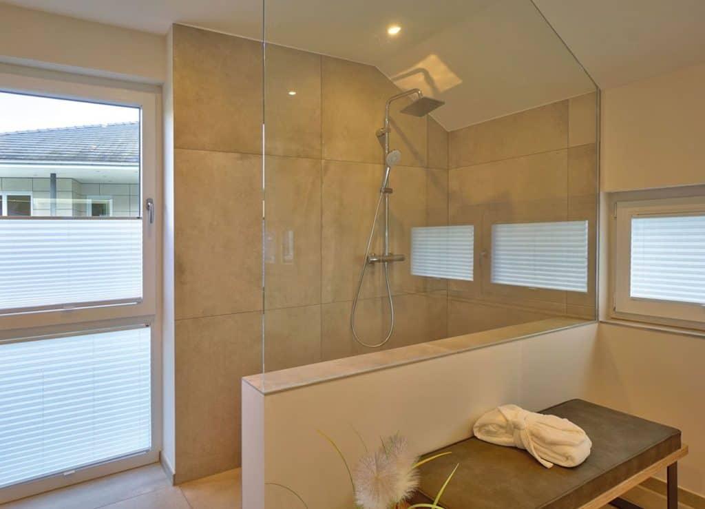 Bodengleich und großzügig bemessen: hier wird Duschen zum Vergnügen. © Helma Eigenheimbau AG / Emiliyan Frenchev