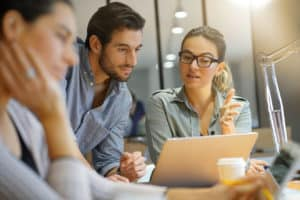 Mitarbeiter arbeiten mit ERP-Software für Bauunternehmen