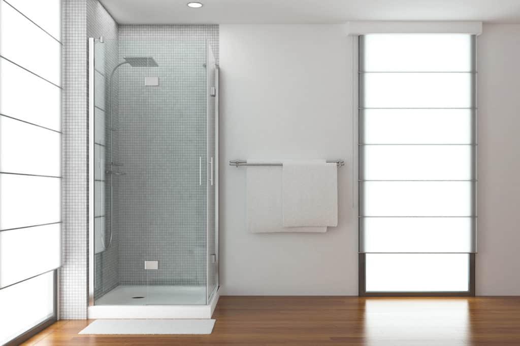 Dusche mit Duschwanne in einem hellen Bad