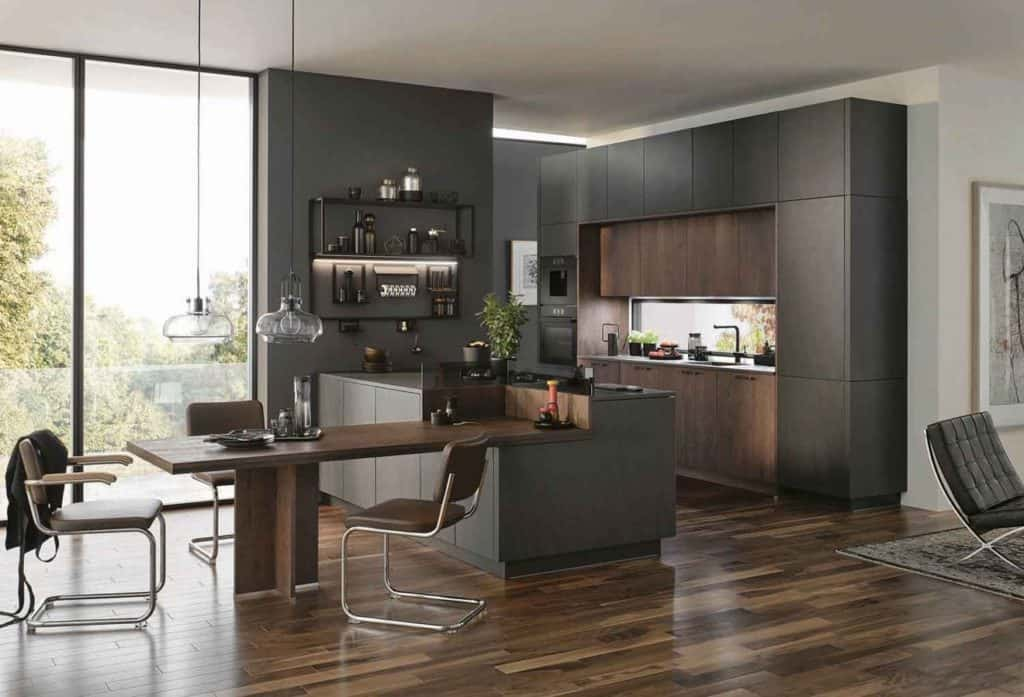 Die offene Küche mit fließenden Übergängen zum Ess- und Wohnbereich ist nach wie vor sehr gefragt. Dunkle Farben und markante Hölzer sind angesagt und schaffen ein behagliches Ambiente. © AMK