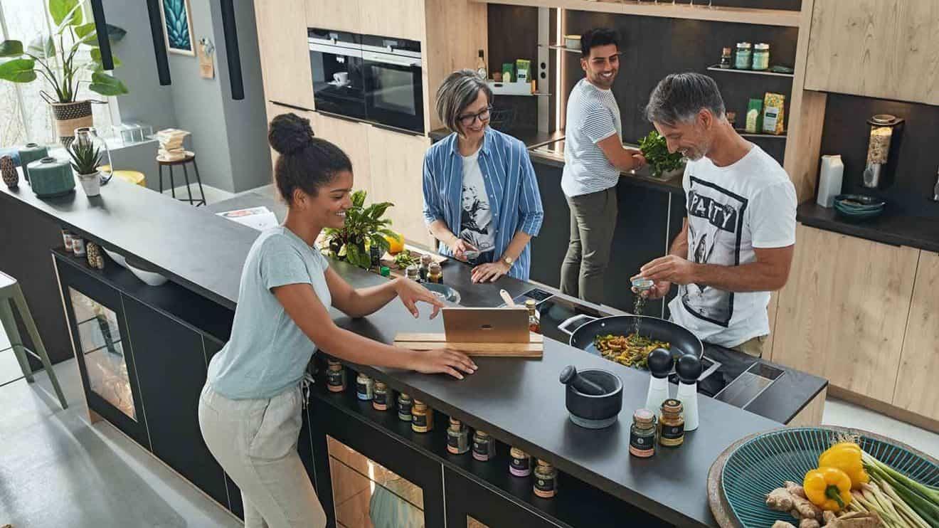 Ganz klar, es wird häufiger zu Hause gekocht. Neue Rezepte ausprobieren und gemeinsam schnippeln macht einfach Spaß. Für die etwas größere Pfanne ist das Vollflächen-Induktionskochfeld ideal, da es sich an das Kochgeschirr anpasst. © AMK