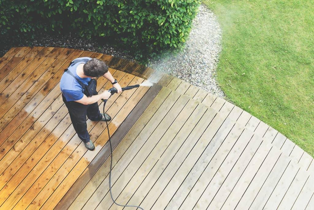 Mann reinigt Terrasse