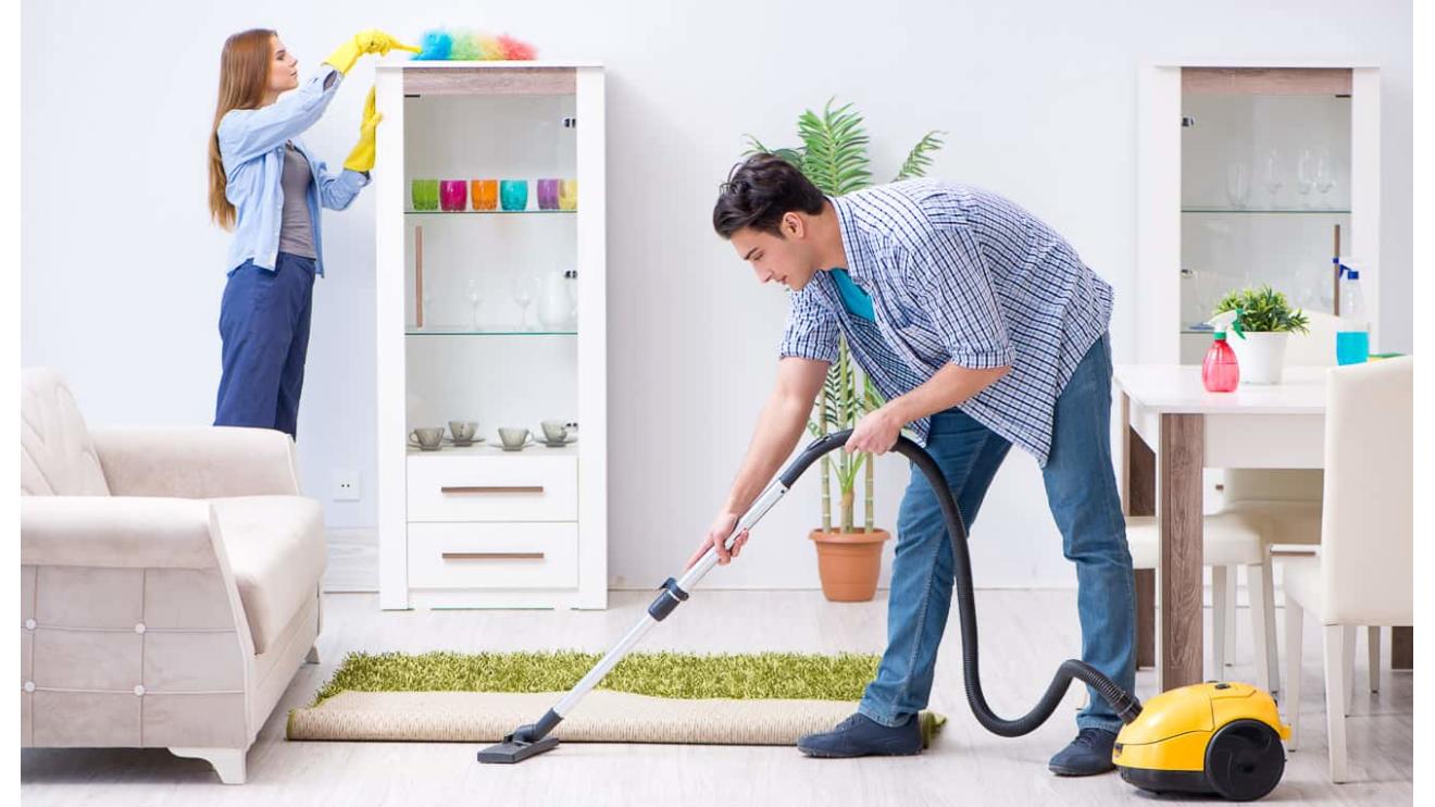 Familie reinigt das Haus beim Frühjahrputz