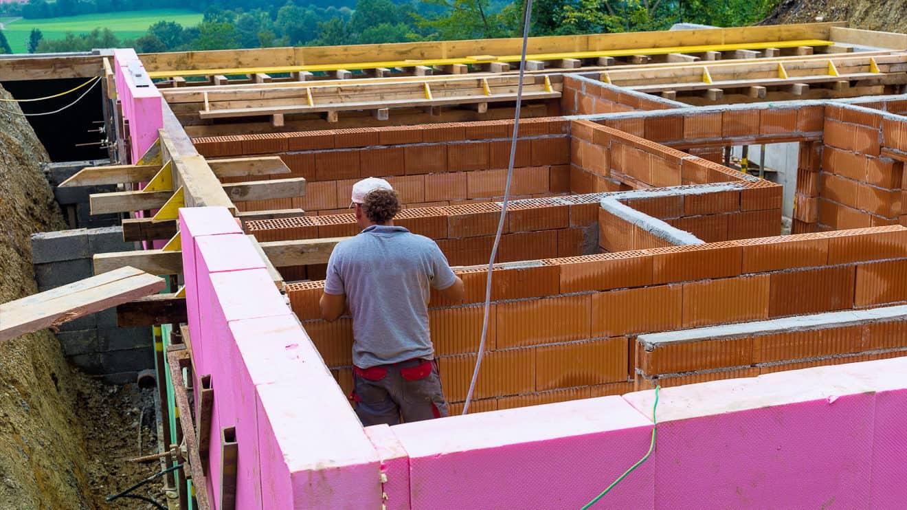 Baustelle eines Einfamilienhauses mit Keller