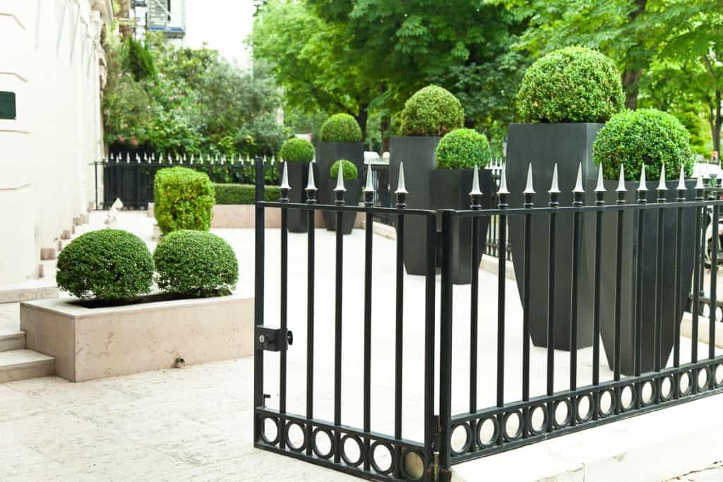 Nobler Garten mit Schmuckzaun aus Metall