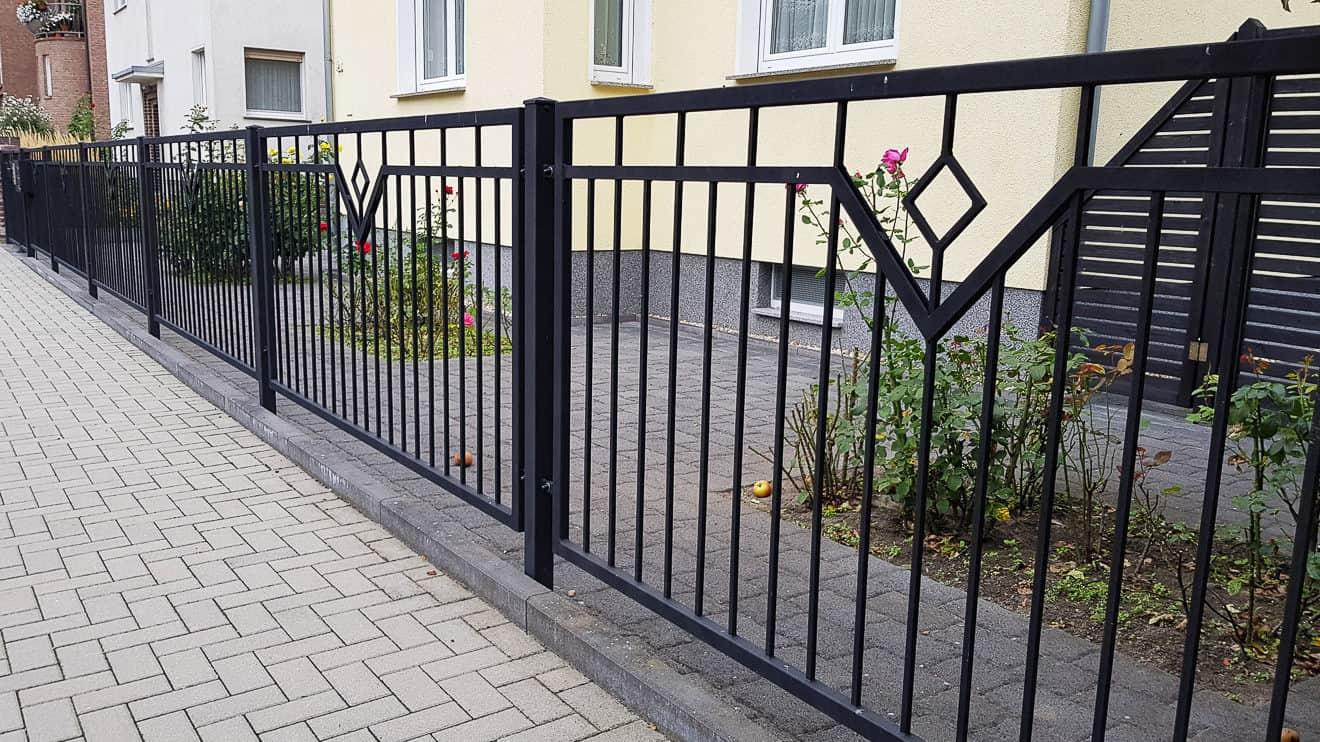 Metallzaun für den Garten in schwarz