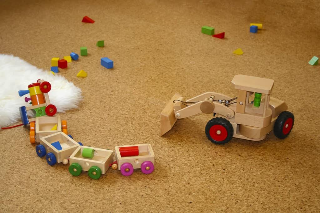 Spielzeug liegt auf dem Korkboden